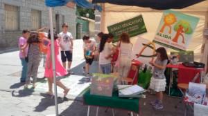 """Partida infantil con el juego """"de Renovable a Renovable"""" sobre alfombra en la """"Feria de Stockaje"""" de Guadarrama"""